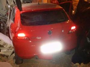 Carro invadiu residência no bairro da Mirueira, em Paulista. (Foto: Reprodução/Whatsapp)