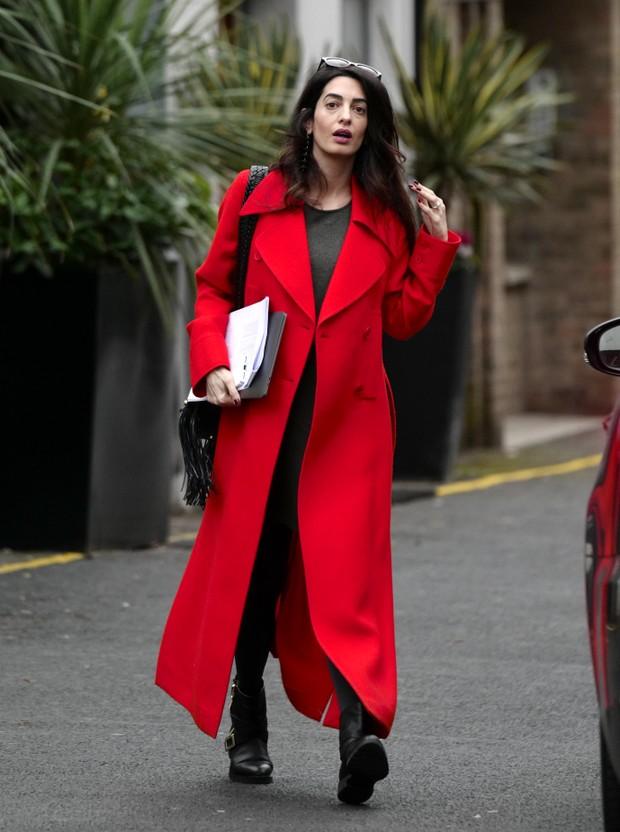 Grávida, Amal Clooney é fotografa em Londres (Foto: Grosby Group/Agência)