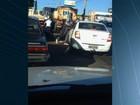 Motociclista joga capacete sobre carro durante briga no trânsito; vídeo