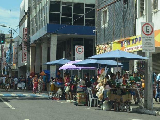 Comerciantes ocupam vagas para idosos e deficientes no Centro da capital (Foto: Marina Fontenele/G1)
