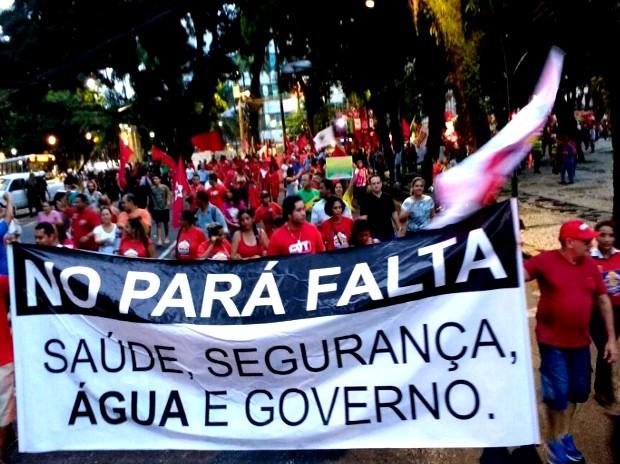 Manifestantes seguram faixa e protestam contra o Governo do Estado, em Belém (Foto: Alexandre Yuri/G1)