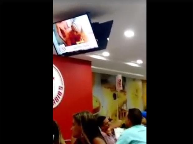 Filme pornô é exibido em televisão em lanchonete (Foto: Reprodução/Redes Sociais)