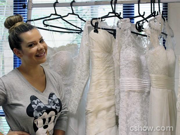 Fernanda Souza fica maluquinha diante dos vestidos de noiva (Foto: Malhação / TV Globo)