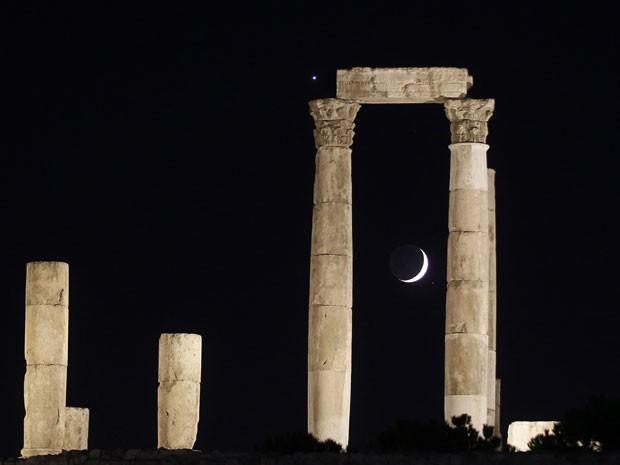 Em Amã, na Jordânia, a lua e Vênus podem ser vistos atrás das colunas romanas do Templo de Hércules (Foto: Muhammad Hamed/Reuters)