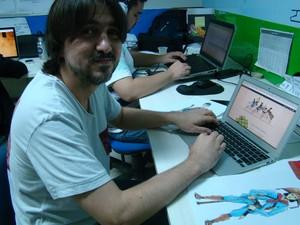 Erick Passos explica estratégias do game Cangaço (Foto: Catarina Costa/G1)
