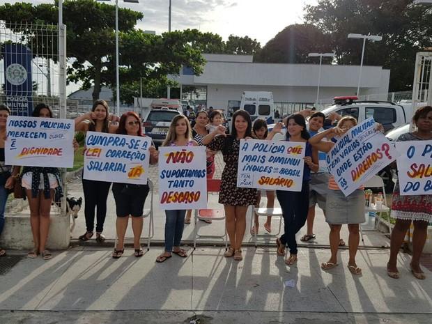 Mulheres e filhas de policiais protestam em Feu Rosa na Serra, Espírito Santo (Foto: Antonio Carlos Aprigio/ VC no ESTV)