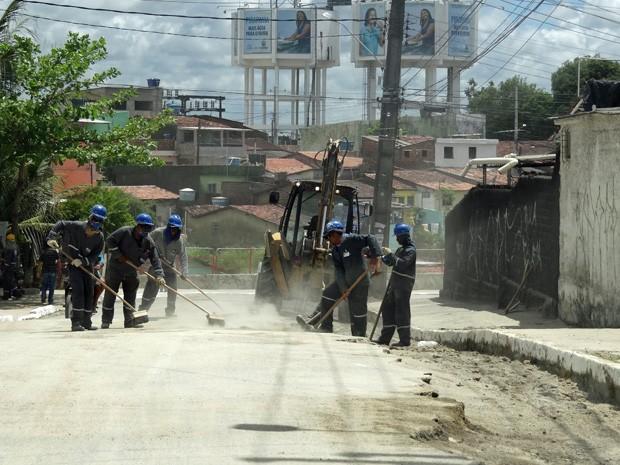 Obra da Compesa no Ibura, no Recife. (Foto: Katherine Coutinho / G1)