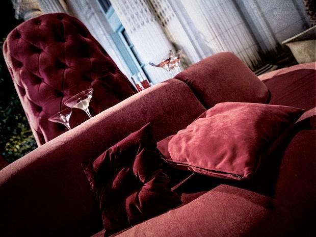Mobiliário coberto por veludo vermelho dá destaque ao verde do gramado (Foto: Fabio Rocha / TV Globo)