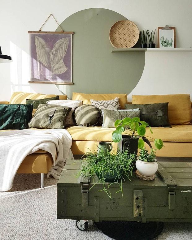 Décor do dia: sala com sofá amarelo e muitas plantas (Foto: reprodução)