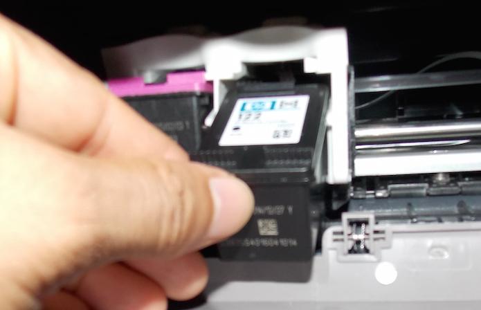 Inserindo o novo cartucho no compartimento da impressora (Foto: Reprodução/Edivaldo Brito)