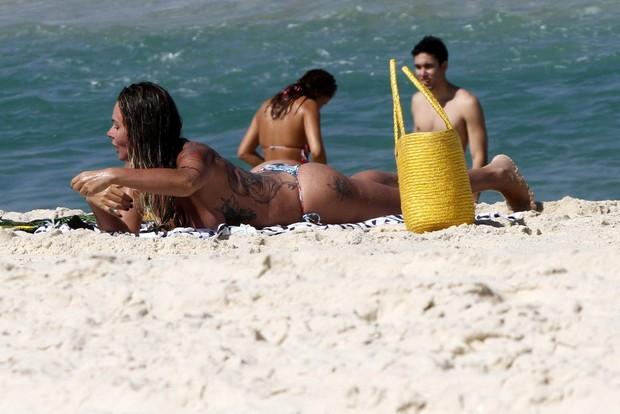 216947e30 EGO - Cristina Mortágua desamarra parte de cima do biquíni em praia ...