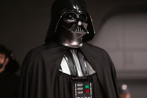 A armadura de Darth Vader foi vista nos bastidores das filmagens de 'Han Solo: Uma História Star Wars' (Foto: Divulgação)