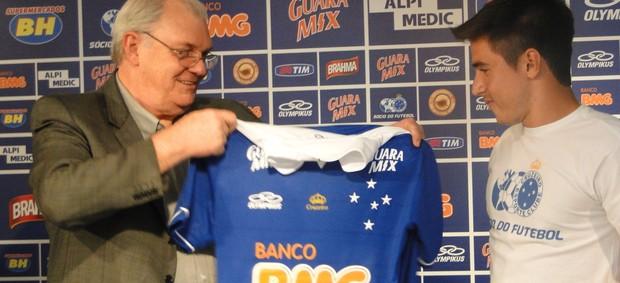 Gilvan de Pinho Tavares apresenta o atacante Willian (Foto: Gabriel Duarte)
