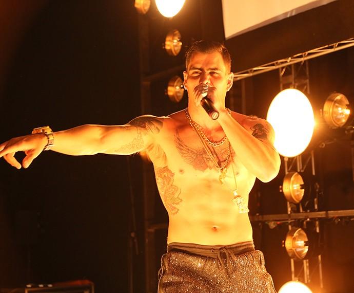 Juliano Cazarré subiu ao palco na pela de MC Merlô (Foto: Isabella Pinheiro/Gshow)