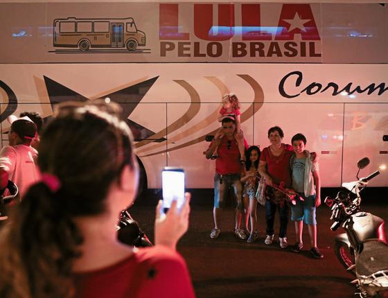 Família diante do ônibus de Lula,no Crato (CE) (Foto: Adriano Machado/ÉPOCA)