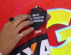 vitória; camisa doação (Foto: Reprodução/ TV Bahia)