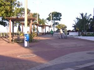 Poucas pessoas visitam Praça do Mirante por causa do abandono. (Foto: Reprodução/TV Tapajós)