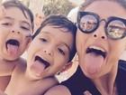 Juliana Paes e o filho mais velho mostram a língua em foto