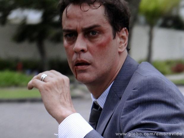 Eron, estarrecido, vai embora... (Foto: Amor à Vida / TV Globo)