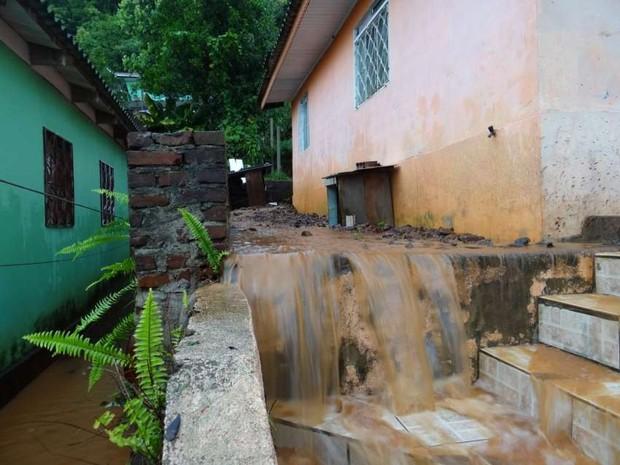 Residências sofreram com água em Itapiranga (Foto: Elias Schneider/Portal Peperi)