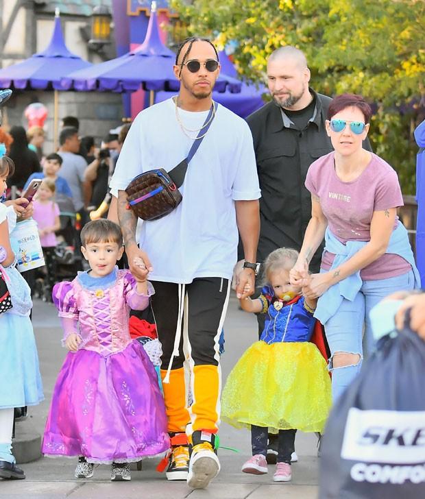Lewis Hamilton com os sobrinhos  (Foto: The Grosby Group)