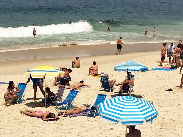Praia de Ipanema ficou cheia nesta sexta (Foto: G1)