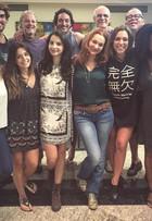 Giovanna Lancellotti posa com elenco nos bastidores de 'A regra do jogo'