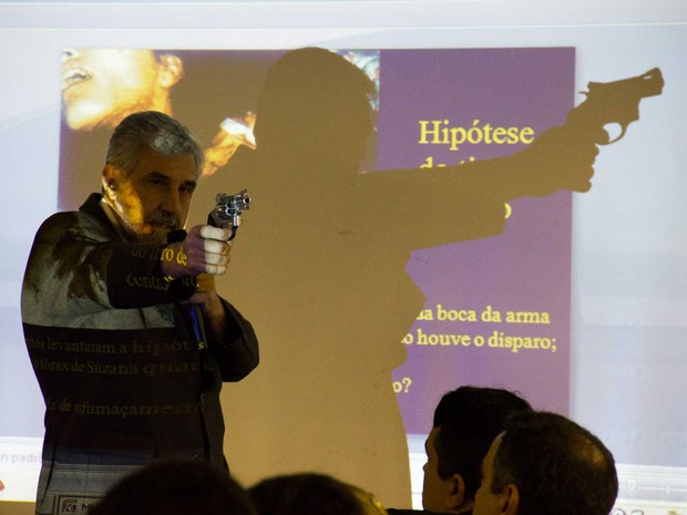 9/5/2013 - O médico-legista Daniel Muñoz contesta primeira hipótese dos peritos e faz demonstração do uso da pistola (Foto: Jonathan Lins/G1)