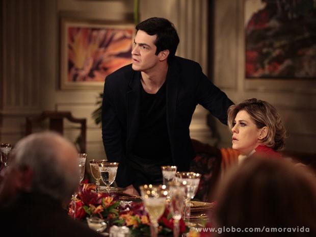 Félix e Edith chocados com a revelação, por motivos diferentes (Foto: Pedro Curi/TV Globo)