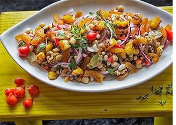 Salada refrescante de verão com uvas frescas, damasco, banana-da-terra dourada, grão-de-bico, feijão-fradinho e nozes (Foto: Arquivo pessoal)