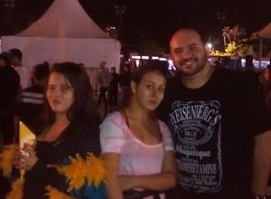 Tio responsável: Laura e Giovana recorreram ao tio Olindo para acompanhá-las ao show de Miley Cyrus (Foto: Felipe Germano/ÉPOCA)