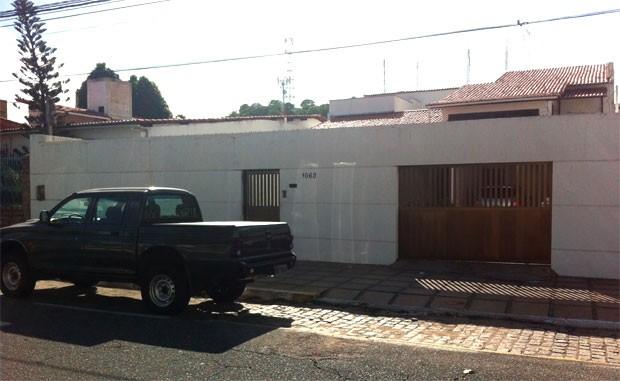 Viatura descaracterizada da PF em frente à residência alvo da operação (Foto: Matheus Magalhães/G1)