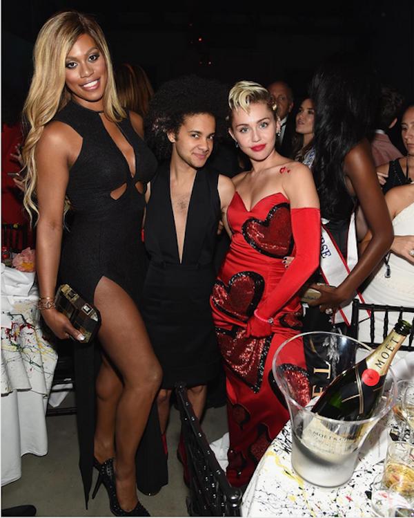 A cantora Miley Cyrus acompanhada da atriz Laverne Cox e da escritora Tyler Ford (Foto: Instagram)