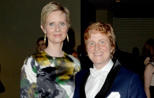 A eterna Miranda de 'Sex and the City' (1998-2004), Cynthia Nixon, revelou ser bissexual em 2012, mesmo ano em que se casou com a ativista Christine Marinoni. Elas já namoravam desde 2004 e ficaram noivas em 2009. (Foto: Getty Images)