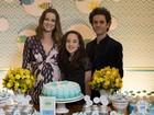 Carolina Kasting, prestes a dar à luz, faz chá de bebê para o filho