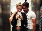 Fiorella Mattheis e Pato usam looks parecidos em jantar