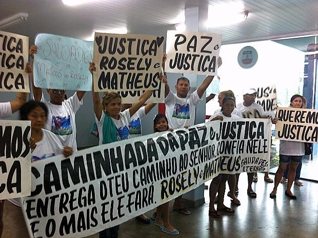 Com cartazes, familiares foram até a delegacia protestar  (Foto: Ive Rylo/G1 AM)