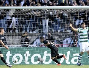 Marinho comemora gol do Académica contra o Sporting (Foto: AFP)