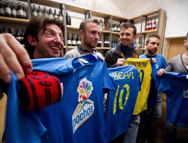 Jogadores equipe gay de futebol coletiva Napoles (Foto: Agência EFE)