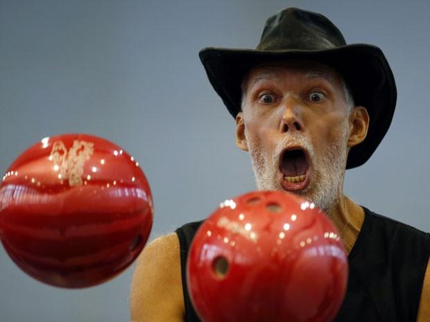 Milan Roskopf  tenta o feito de equlibrar três bolas de boliche  (Foto: Reuters)