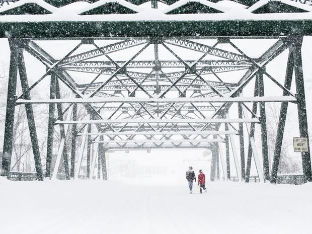 Neve cobre ponte em New Cumberland, na Pensilvânia (Foto: James Robinson/PennLive.com via AP)