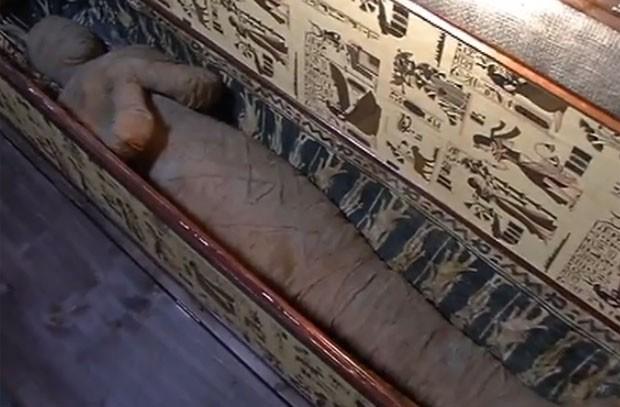 Menino alemão de 10 anos de idade descobriu uma múmia escondida no sótão da casa de sua avó (Foto: Reprodução/YouTube/Butenunbinnen)