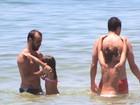 Roger e Júlio César brincam com seus filhos no mar da Barra, no Rio