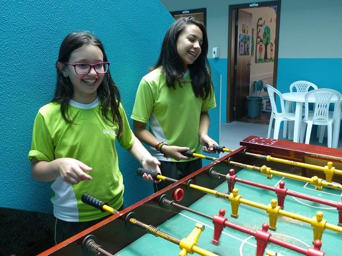 No intervalo das aulas, a menina gosta de conversar e de brincar com os amigos (Foto: Divulgação/RPC)