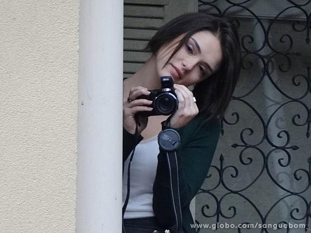 Olha a cara de apaixonada de Giane ao fotografar Bento na surdina (Foto: Sangue Bom/TV Globo)