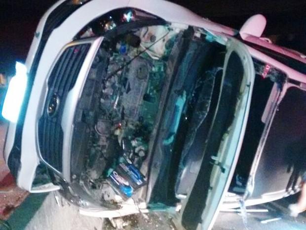 Carro bateu no muro da rodovia (Foto: G1)