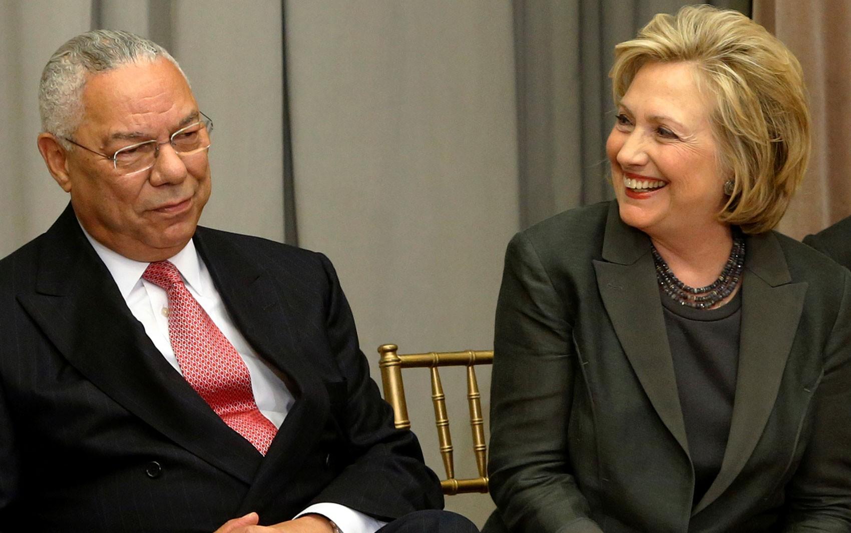 Os ex-secretários de Estado dos EUA Colin Powell e Hillary Clinton durante cerimônia em Washington, em 3 de setembro de 2014 (Foto: Reuters/Jonathan Ernst/File Photo)