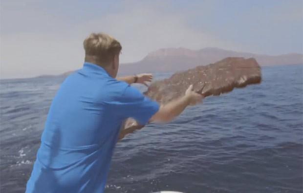 Vídeo mostra Tom Hernquist lançando bife no mar para atrair tubarão (Foto: Reprodução/YouTube/Oberto Beef Jerky)