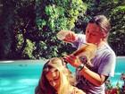 Grazi Massafera corta o cabelo em frente à piscina