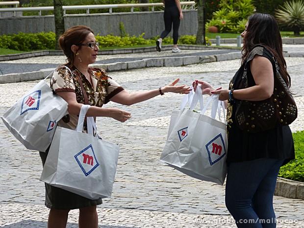 Soraia ajuda a moradora do condomínio sem fazer distinção de classe (Foto: Malhação / TV Globo)